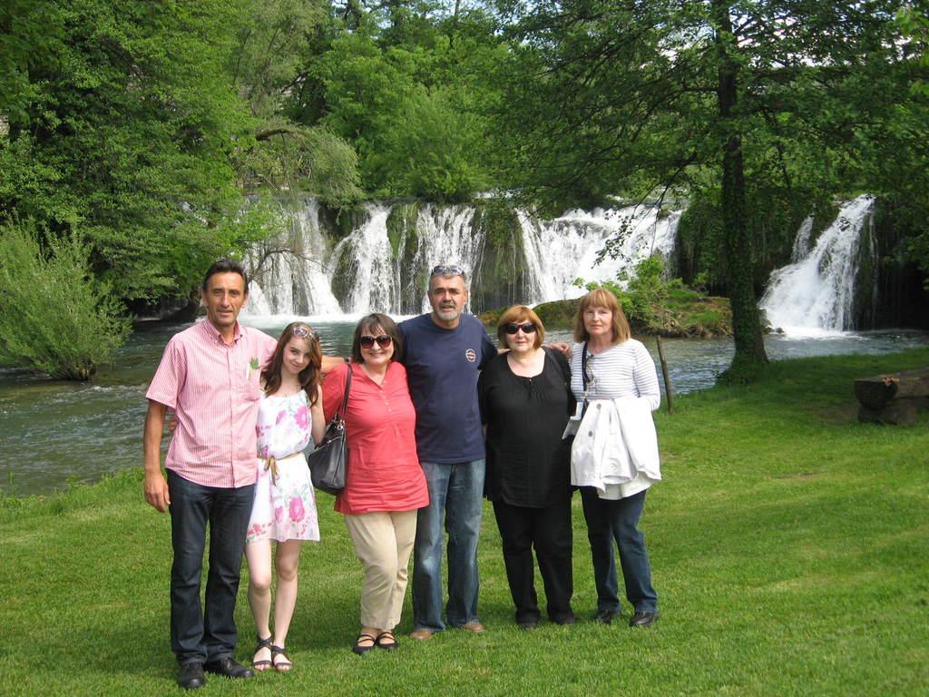Anči sa odgajateljima ispod slapova
