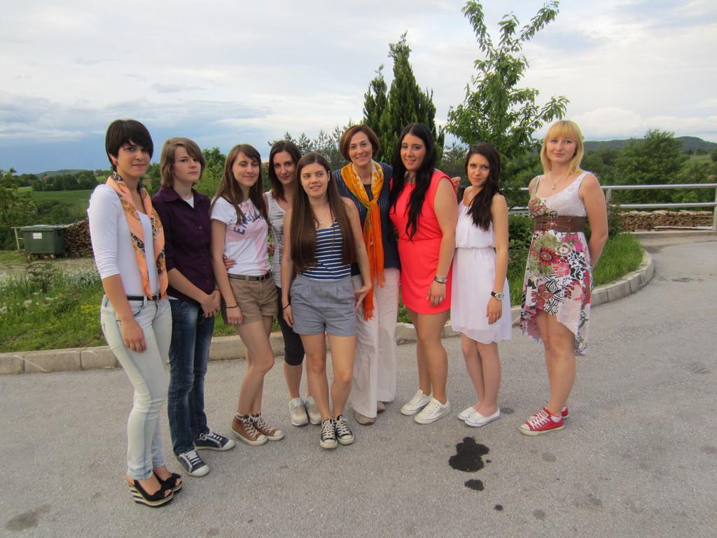Lara, Valentina, Ines, Katarina, Tesa, Helena, Anita i Samanta s odgajateljicom Bagić