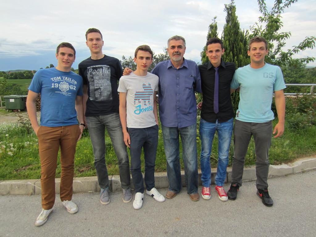 Luka, Mihael, Matija, Miroslav i Ivan s odgajateljem Grgatom