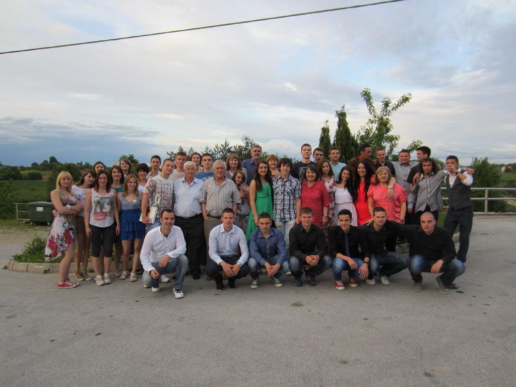 Generacija maturanata šk. god. 2012./2013. sa svojim odgajateljima